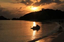阿波連ビーチから夕日を眺める