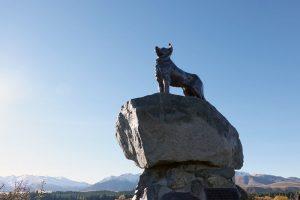 羊飼いの犬の像